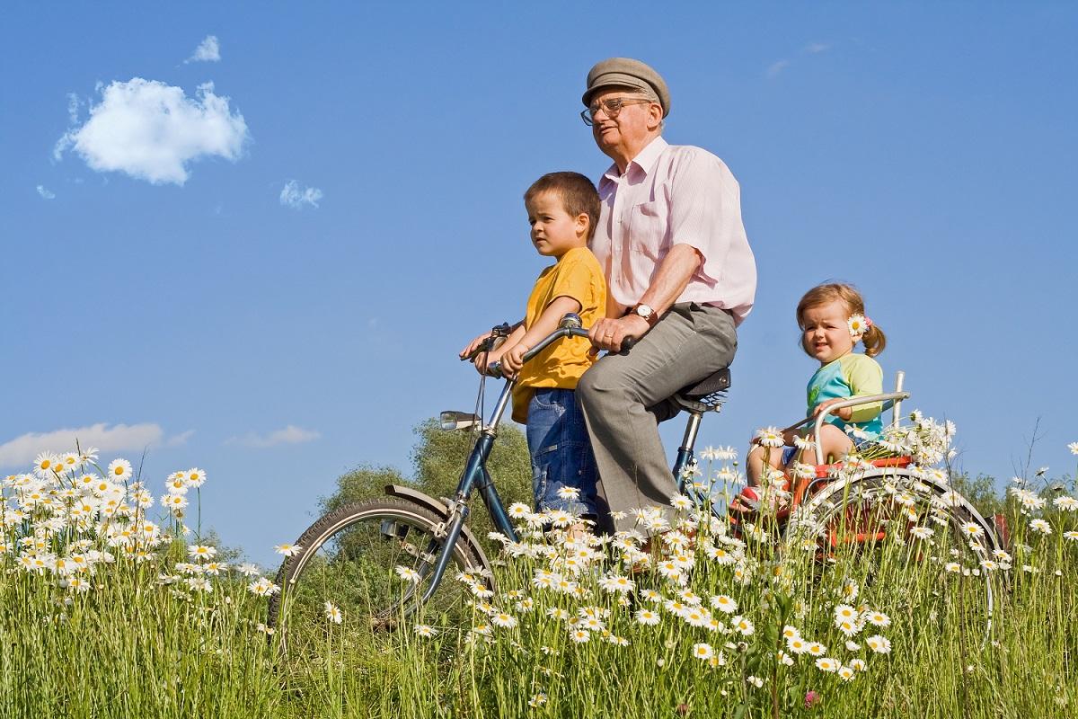 opa met kinderen fietsen