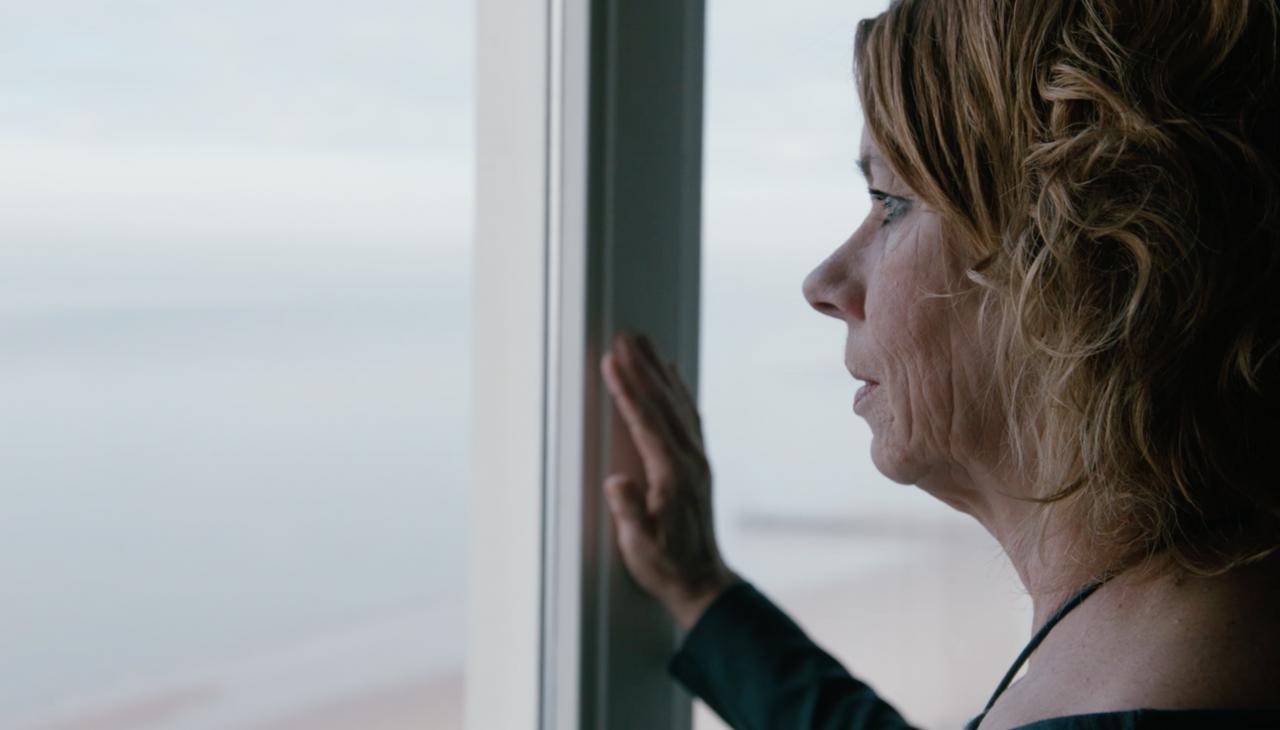 Vrouw staart uit raam