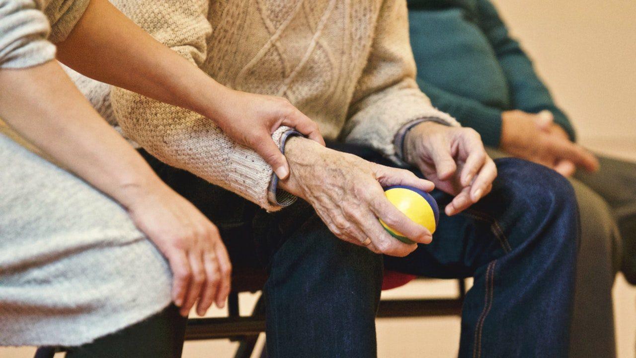 Oude man met bal in zijn hand