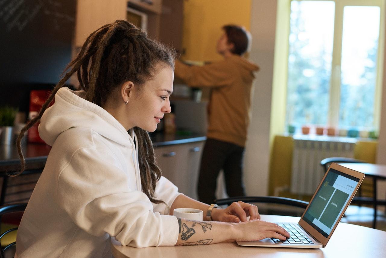 werken thuis achter laptop