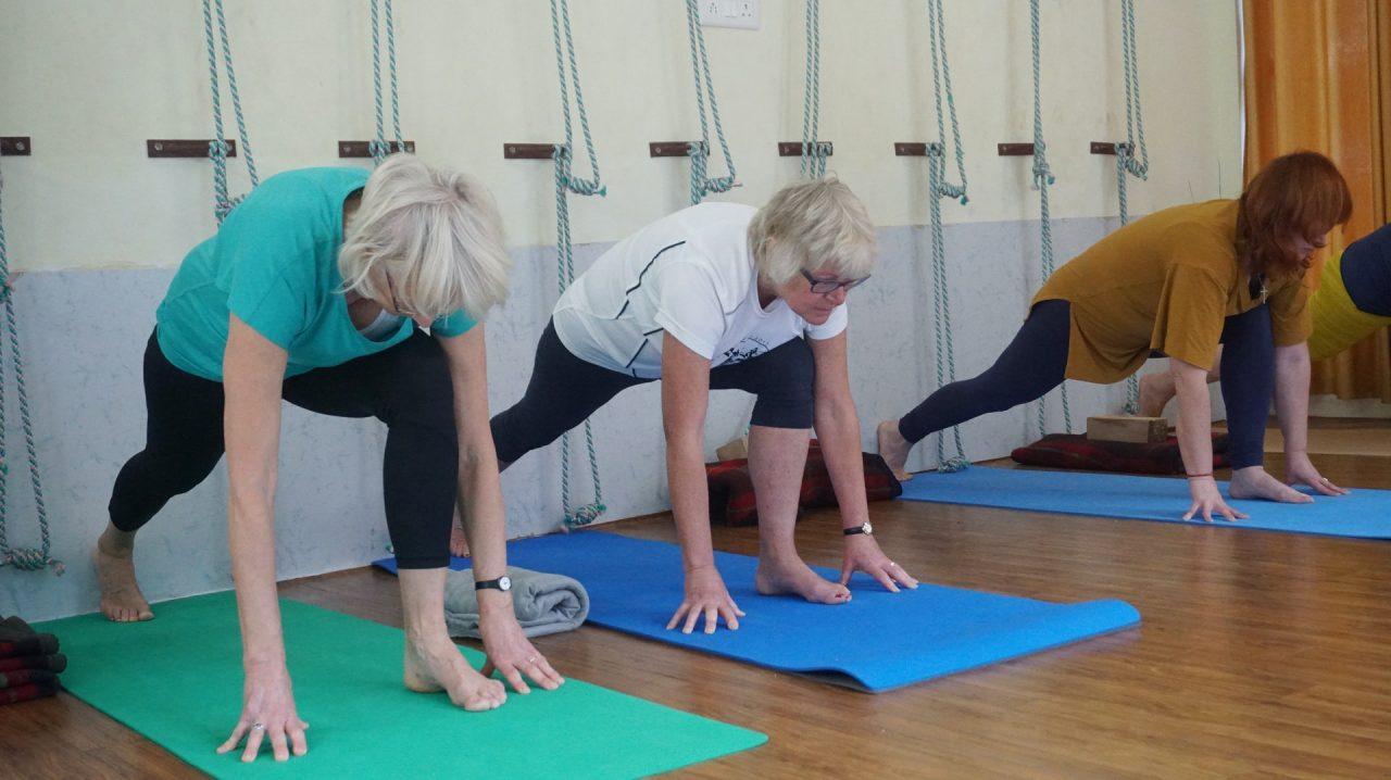 Dames doen oefeningen op een yogamat